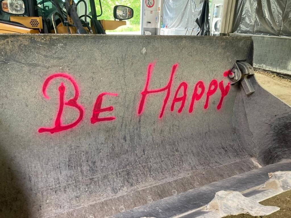 """Foto """"Be Happy"""" in der Baggerschaufel"""
